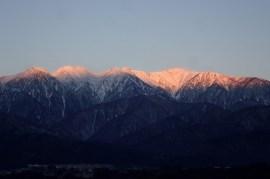 27日朝、宿から見た中央アルプスのモルゲンロート