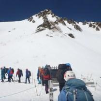 千畳敷に到着。雪上訓練場は正面とその右側の斜面