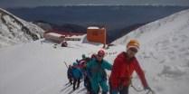アイゼンを着けて滑落停止訓練をする急斜面へ向かう。