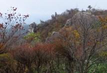 宮指路岳山頂より馬乗り岩と奇岩群