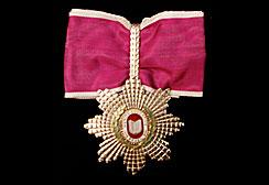 A medalha de Comendador da Ordem Nacional de Mérito Educativo, recebida postumamente por Victor Civita por seu trabalho em prol da Educação.