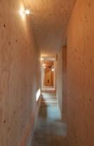 神戸町の家 1階の廊下は床がコンクリート、壁と天井が構造用合板。キキレイなジョイントは大工さんの腕の見せ所でした