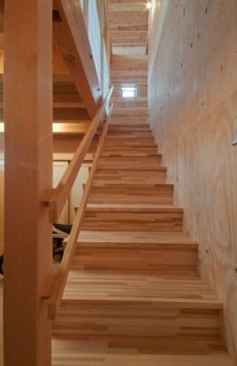 神戸町の家 階段の左は和室 右はLDKです