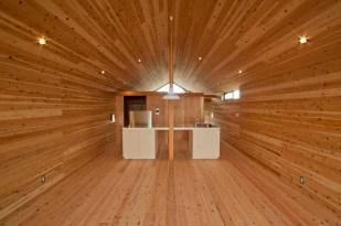 神戸町の家 リビングからキッチン 床、壁、天井 全て杉の無垢材です。同じ方向に流れる板が奥行を感じさせます