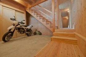 神戸町の家 玄関土間 のぼりたくなる階段をあがるとLDKがあります