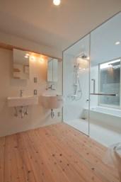 神戸町の家 洗面には洗面器とスロップシンク 浴室はタイル貼 頭から浴びることができるシャワーが気持ちよさそう