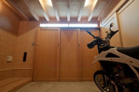 神戸町の家 玄関は3枚の引き戸で写真右側に引き込んで開放できます。ハイサイドから差し込む光で昼間は照明がいりません