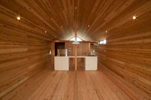 神戸町の家 床、壁、天井の杉板が同じ方向に流れていることによって生まれる奥行感