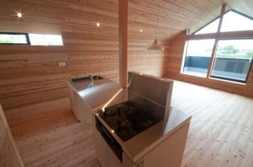 神戸町の家 キッチンのフードは床排気です。天井から下がってないので空間がスッキリしています