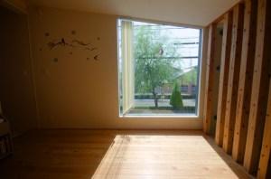 寝室の窓の外には街路樹の柳