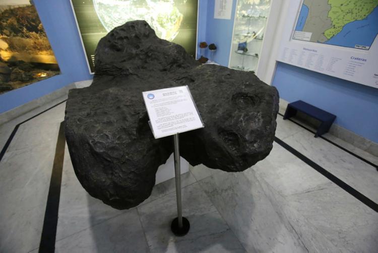 Uma réplica do meteorito está no Museu Geológico da Bahia - Foto: Luciano Carcará | Ag. A TARDE