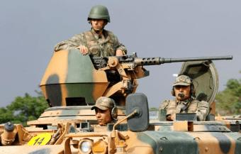 トルコのシリア国境で緊張が続く