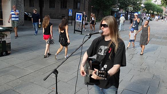 Trots att det är en av årets varmaste dagar med 30 grader i skuggan - ger Peter allt han har när han spelade på Stora Brogatan under hans besök i Borås under sommartorsdagen. Foto: Charlie Källberg