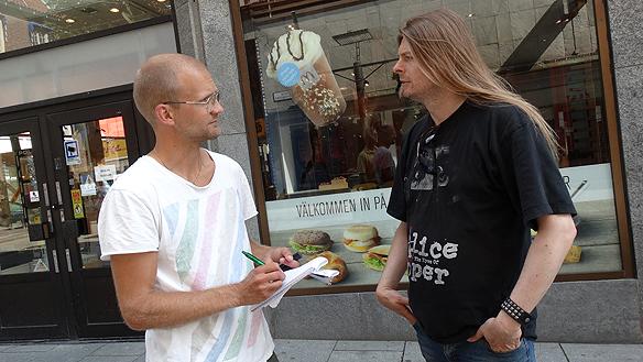 Peter blir intervjuad av journalisten Per-Johan Thörn från Borås Tidning under hans besök i Borås. Foto: Charlie Källberg