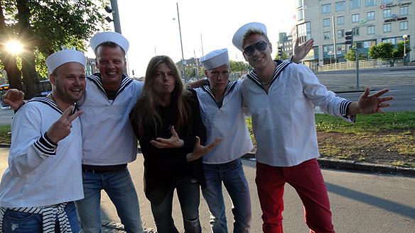 Peter Ahlborg och några glada sjömän utanför Håkan Hellströms spelning. Foto: Charlie Källberg.