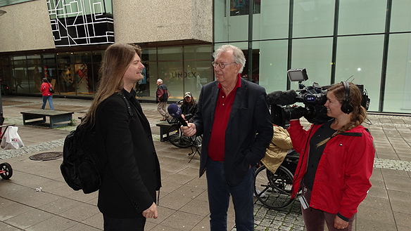 Peter Ahlborg blir intervjuad av Östnytts TV-team i Norrköping. Foto: Privat
