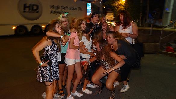 Robin Stjernberg omringad av beundrande tonårstjejer efter hans uppträdande på Lotta på Liseberg. Foto: Peter Ahlborg