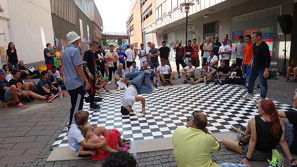 Många aktiviteter under kalaset. Här syns breakdance tävlande i den 29 gradiga värmen under lördagen. Första priset var 10 000 kr. Foto: Privat