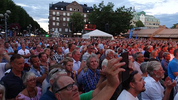 Publiken under Ulf Lundells spelning på Fallens Dagar i Trollhättan. Foto: Peter Ahlborg