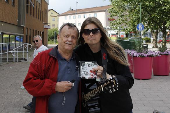 Gitarrläraren Lasse och Peter Ahlborg i Motala. Foto: Hasse Sukis
