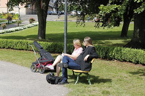 Peter Ahlborg blir intervjuad för Motala & Vadstena tidning. Foto: Hasse Sukis
