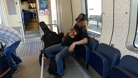 Peter passar på att vila lite mellan resorna. Här mellan Varberg och Halmstad efter att han sovit 3.5 timme natten innan. Foto: Privat