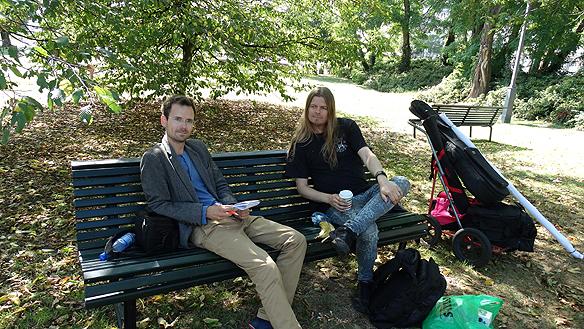 Peter Ahlborg på besök i Helsingborg och reportern Martin Wingren från Lokaltidningen Helsingborg - möter upp och Peter ger en intervju i en av stadens parker i centrala Helsingborg. Foto: Privat