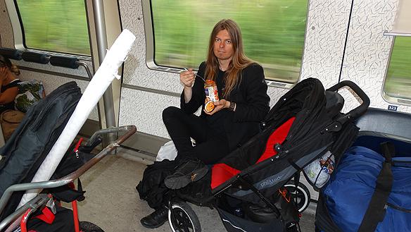 Peter passar på att äta lite mellan resorna. Här på väg till Malmö med Öresundståg från Helsingborg. Foto: Privat