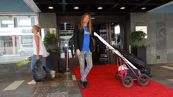 Peter och hans dragvagn på röda mattan utanför Grand Hotell i Malmö. Foto: Privat