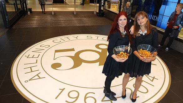 Glada medarbetare bjöd på god chocklad till de förbipasserande på Drottninggatan   denna jubileumsdag då Åhléns firade 50 år. Foto: Peter Ahlborg