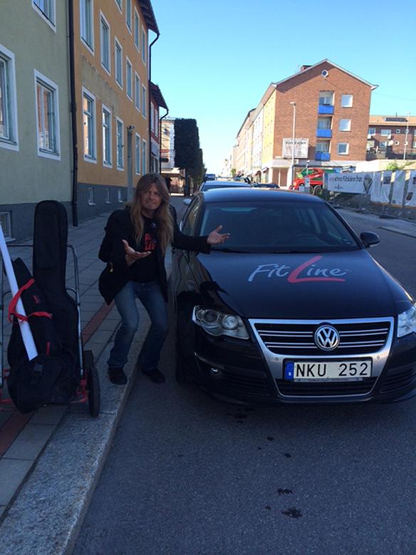 Peter framför Carina Ekmans bil med den fina reklamen för Fit Line. Foto: Carina Ekman