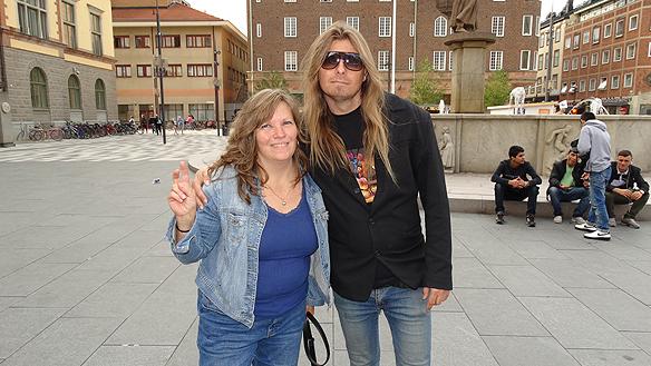 Peter Ahlborg träffar på sin nyfunna vän Kerstin Almerén under  hans besök i Eskilstuna. Foto: Carina Ekman
