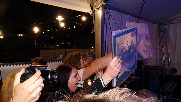 Några yngre fans hade med sig LP skivor som de viftade med i luften till takten av Kickis låtar.   Foto: Peter Ahlborg