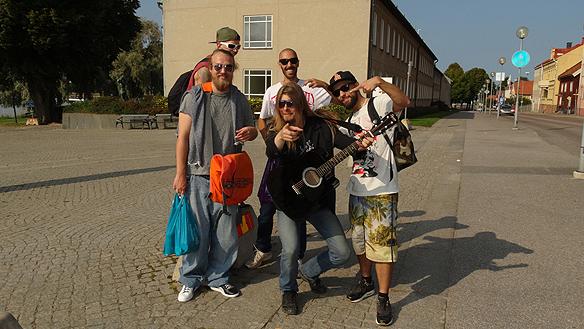 Många människor upptäcker att jag har varit med i Idol och vill vara med på bild! Här är vi ett gäng trevliga killar i Mariestad som jag träffade på! *L* Foto: Privat