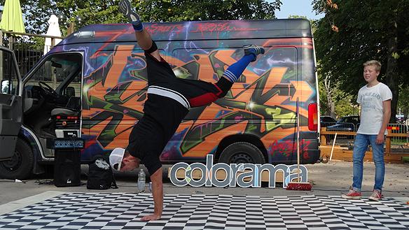 Breakdance-övning och graffiti-målning mitt i stan i Mariestad. Foto: Peter Ahlborg