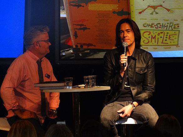 Per Gessle blev intervjuad av Jan Gradvall under Bokmässan när han berättade hur sina låtar kom till. Foto; Peter Ahlborg