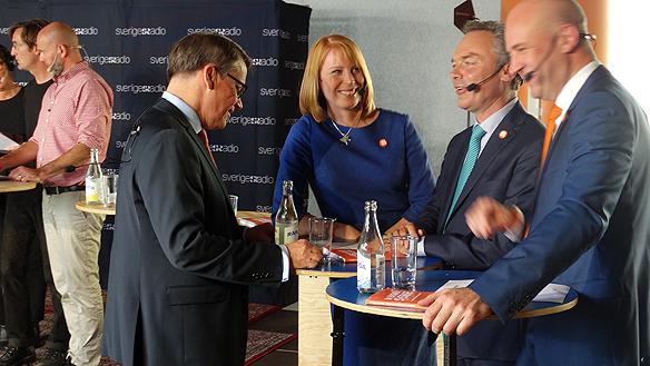 Alliansen skrattar under en paus i partiledar-debatten i Sveriges Radio P1. Foto: Peter Ahlborg