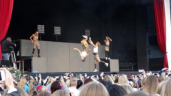 The Fooo ägnar sig förutom åt musik även åt akrobatik. Här gör de volter på Lisebergs stora   scen. Foto: Peter Ahlborg