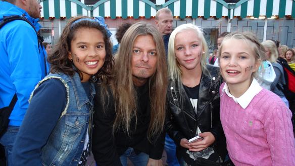 Tre glada tjejer ville ha en bild tillsammans med Peter Ahlborg efter han medverkat i TV-  programmet Idol. Här är de tillsammans efter de sätt The Fooo på Liseberg. Foto: Eva Freiholtz