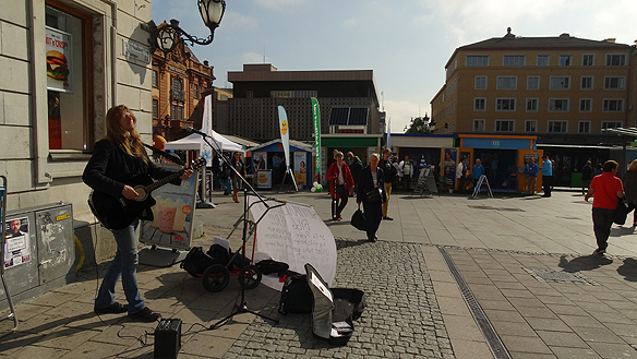 Peter besöker Uppsala på sin gatuturné. Här är han på Svartbäcksgatan vid Stora Torg. Foro: Carina Ekman