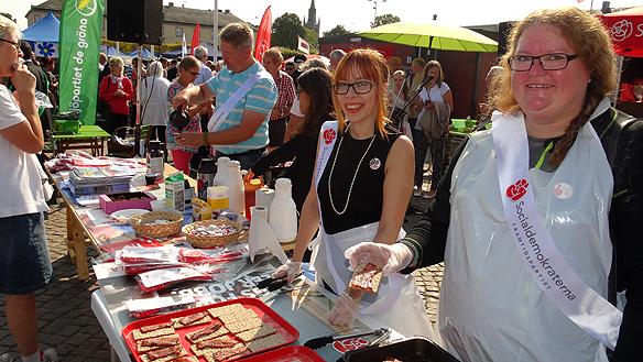 Socialdemokraterna bjöd på knäckemacka med fläsk - valfläsk. Foto: Peter Ahlborg