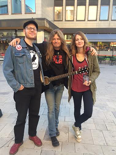 Dessa två Västeråsbor som gillade musik med punk-influenser visade sig tycka om Peters låtar han framförde på Torget i Västerås. De köpte en skiva och var mer än nöjda. Foto: Carina Ekman