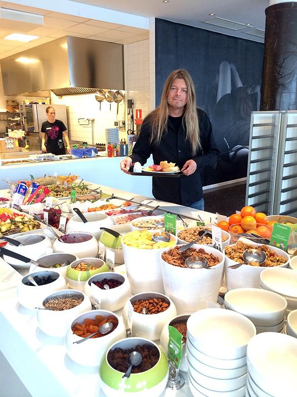 Peter Ahlborg framför gediget smörgåsbord på Comfort hotell i  Eskilstuna. Foto: Carina Ekman