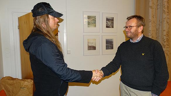 Peter Ahlborg och Andreas Sturesson, skakar hand med varandra efter det 30 minuter långa mötet, där Andreas berättat om den positiva utvecklingen inom hemlöshets- och arbetslöshetsfrågor som Jönköpings kommun har.
