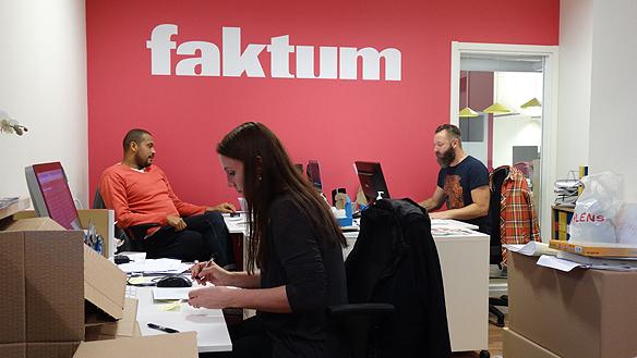 Medarbetarna för distribution och försäljningen av Faktum. Från vänster:   Matias Ghansah, Sophie Cronholm och Christian Jansson.