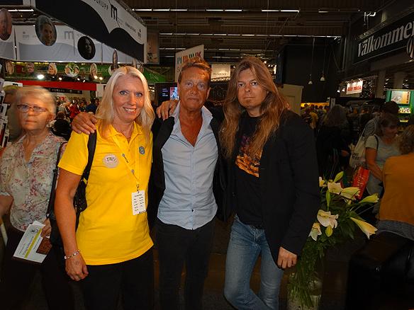 tort tack för er support och stöd som hjälper mig att lyckas i   livet. Varm kram till er båda med mycket kärlek. Här är vi tillsammans, jag   Peter Ahlborg, Carina Ekman och Björn Ranelid på bokmässan i Göteborg 27   september 2014.
