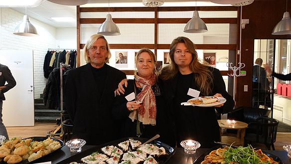 Peter Ahlborg flankeras av Jamin och Bertil Schmidt Aqvilonius när de  skulle prata om sina liv som Faktum försäljare för inbjudna sponsorer.