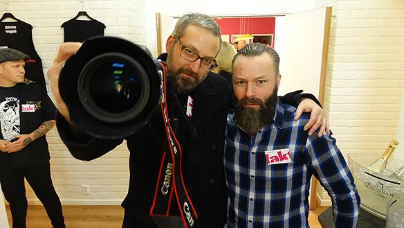 Faktums fotograf Mario Prhat och försäljaransvarig Christian Jansson  poserar glatt på Faktum festen för sponsorer. Foto: Peter Ahllborg
