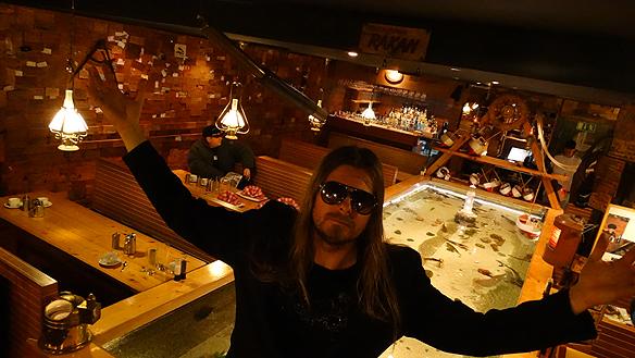 Peter Ahlborg framför det berömda storslagna akvariet på Restaurang Räkan.  Foto: Charlie Källberg