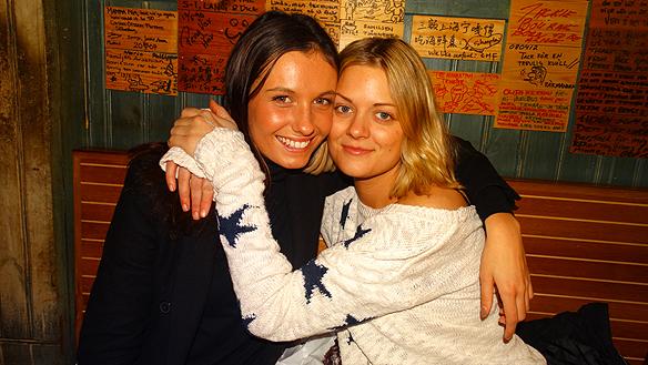 Här är några tjejer - som känner ägaren - som besöker Restaurang Räkan  sista kvällen. Foto: Peter Ahlborg